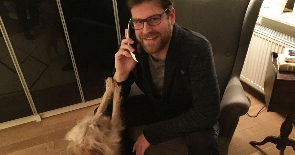 Ivar Leon Menger am Telefon